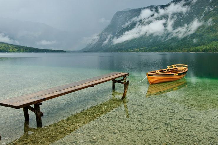 یک دره زیبا و یک دریاچه در کوه های اسلوونی