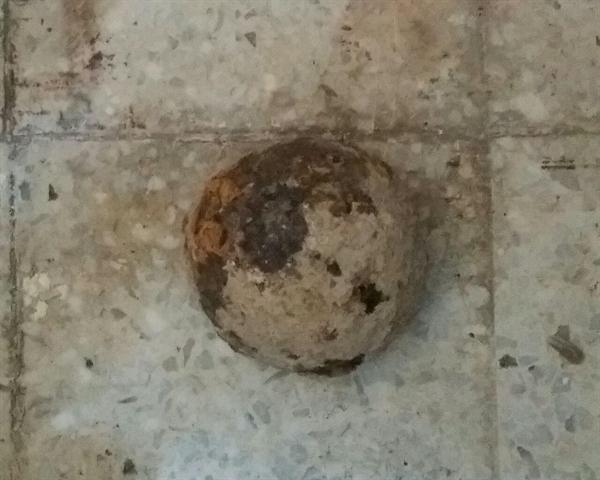 کشف یک گلوله توپ جنگی 100 ساله در محوطه کاخ چهل ستون اصفهان