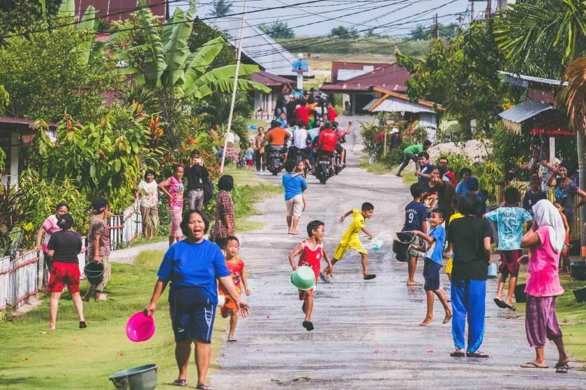 پایکوبی محلی اجباری؛ خوشامدگویی روستایی دورافتاده در اندونزی