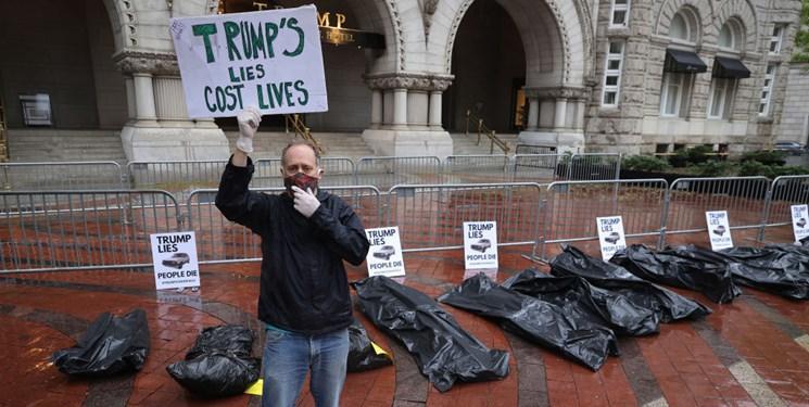 فیلم ، کیسه های نمادین اجساد قربانیان کرونا در مقابل هتل ترامپ